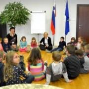 Ministrica-Kopač-Mrak-gostila-otroke-vrtca-Mojca-300x200