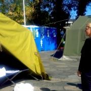 Anja Kopač Mrak v nastanitvenem centru za begunce