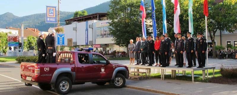 Ministrica Katič z gasilci v Kočevju